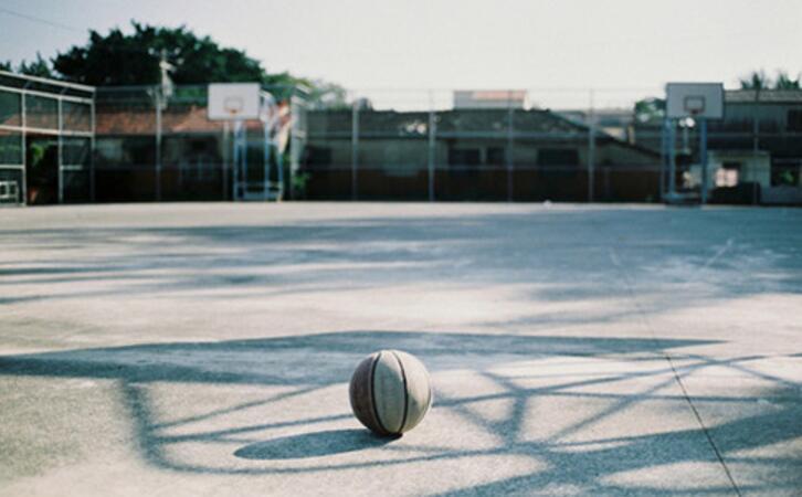 篮球场孤零零的篮球