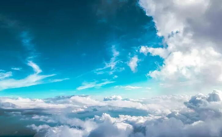 天空乌云闪闪雷声轰鸣