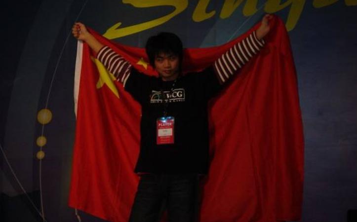 身披五星红旗的李晓峰SKY