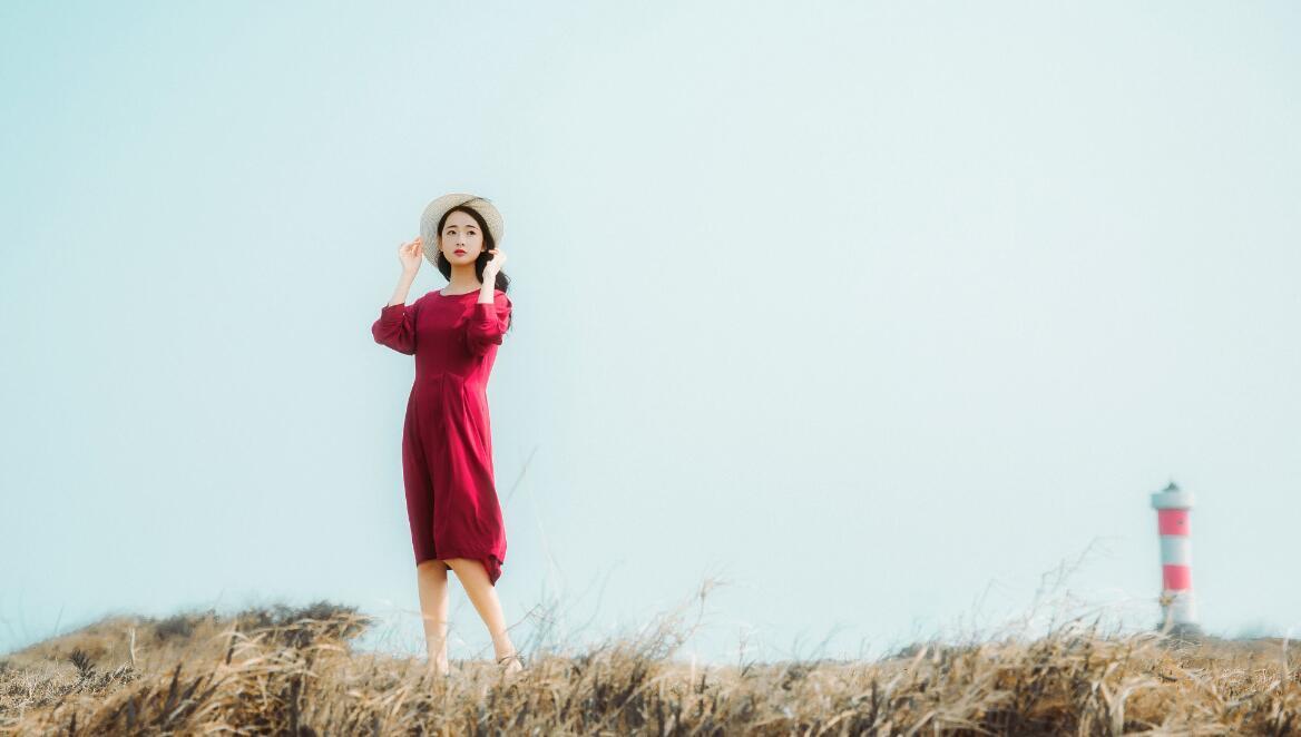 芦苇上的红衣女子