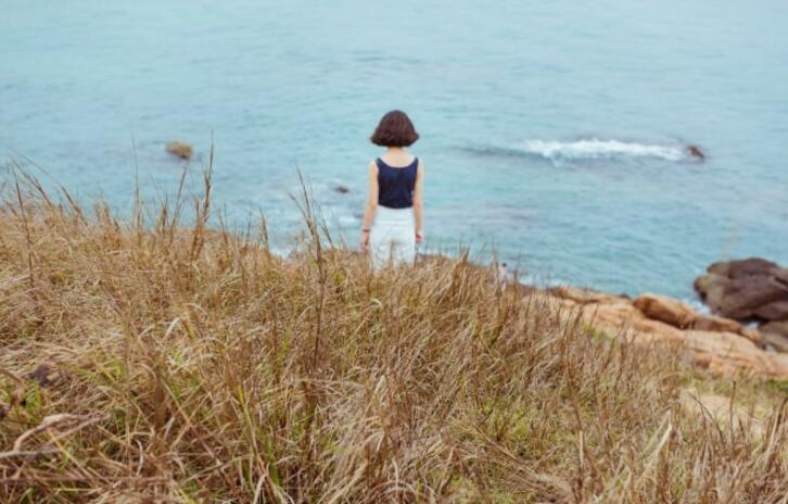 海边,芦苇,她