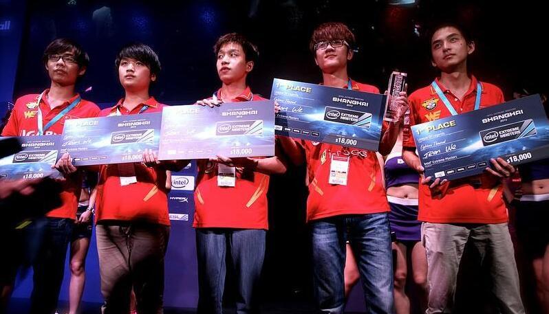 赛场上拿到奖金的WE队员们